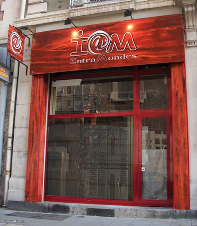 Enseigne et devanture en faux boix - cybercafé Intr@mondes<br/> Acrylique sur bois et PVC- 10m2 env.<br/> Grenoble (38) - 2006