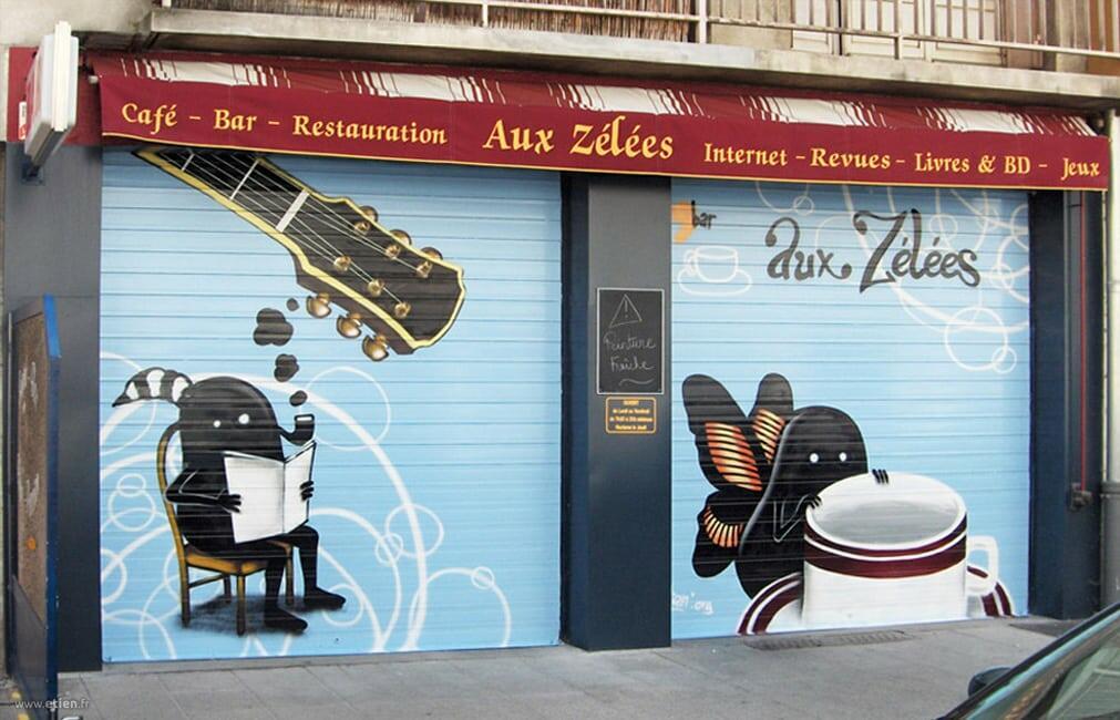 """Devanture du café """"Aux Zélées"""" <em>(perso. de G. Gauckler)</em><br/> Aérosol - 20m2 env.<br/> Grenoble (38) - 2007"""