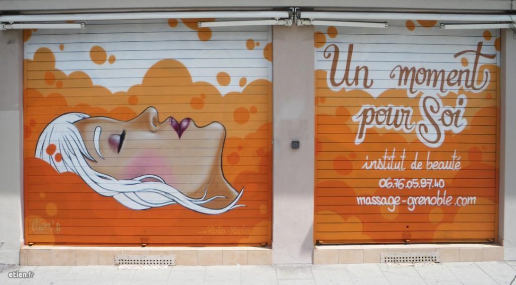 """Fresque sur devanture<br/> Aérosol - 15m2 env.<br/> Grenoble (38) - 2014 - <em><a href=""""http://etien.fr/fresque-un-moment-pour-soi/"""" target=""""_blank"""">voir + de photos</a></em>"""