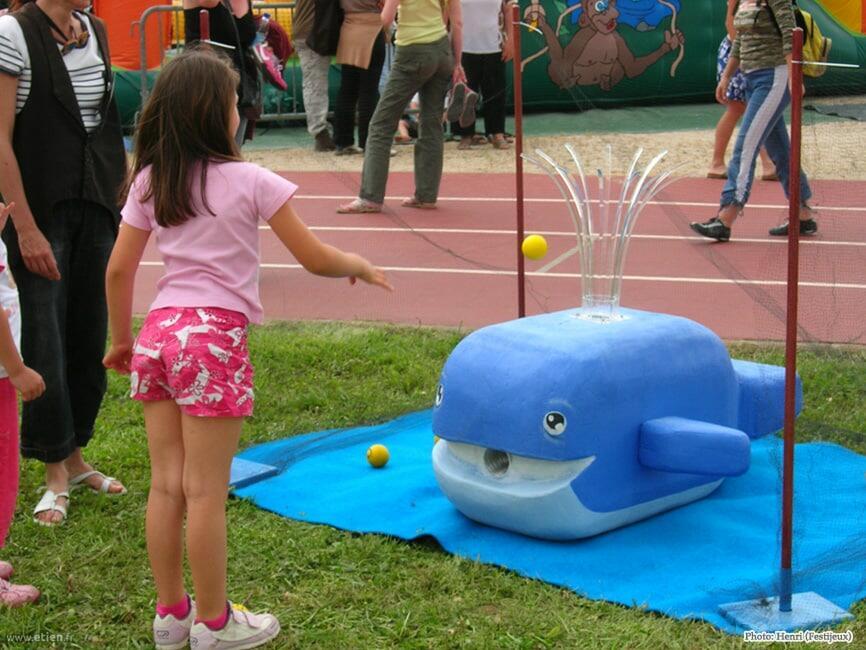 """Baleine sculptée - <a href=""""http://festijeux.com/"""" target=""""_blank"""">Les Festijeux</a><br/> Roofmat et acrylique - 50cm x 50cm x 90cm<br/> Grenoble (38) - 2007"""