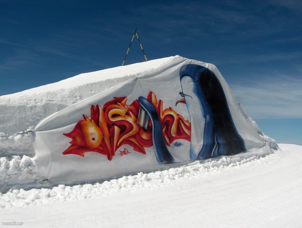 Habillage de kick - Kumi Yama 08 - <em>Réalisé avec Diseck</em><br/> Aérosol sur bidime - 20m2 env.<br/> Les 2 Alpes (38) - 2008