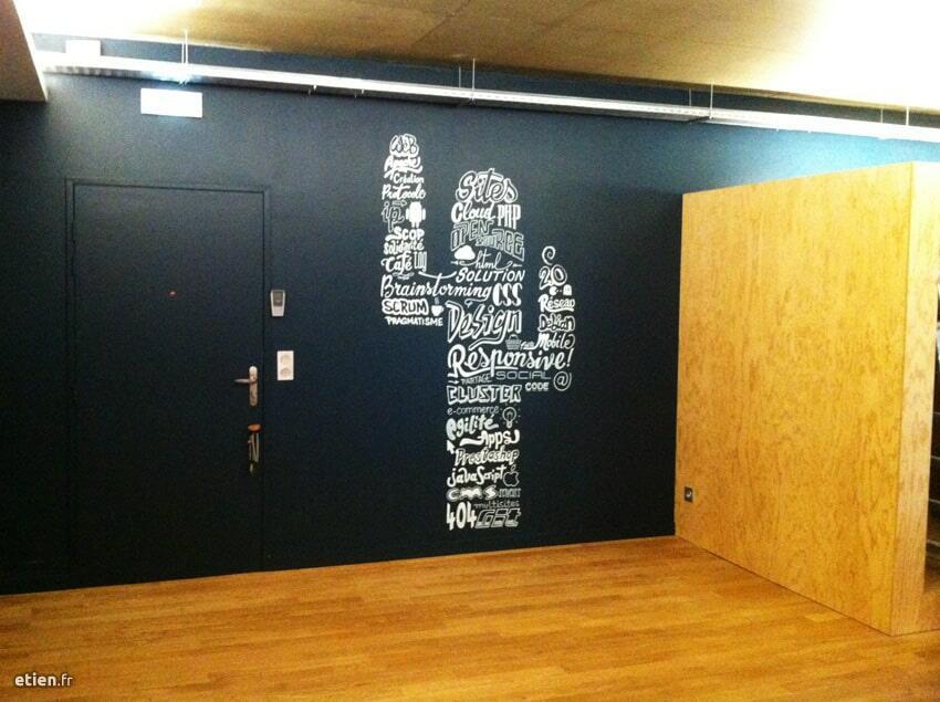"""Décoration peinte intérieure de l'agence web <a href=""""http://mezcalito.fr"""" target=""""_blank"""">Mezcalito</a><br/> Marqueur - 3m2 env.<br/> Grenoble (38) - 2014 - <em><a href=""""https://etien.fr/mezcalito-2/"""" target=""""_blank"""">voir + de photos</a></em>"""
