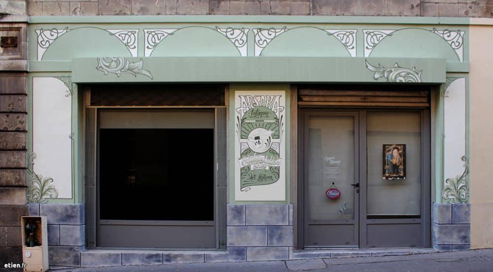 "Façade Art nouveau pour <a href=""http://apsara-tatouage.com"" target=""_blank"">Apsara Tatouage</a><br/> Acrylique façade - 15m2 env.<br/> Nantes (44) - 2014 - <em><a href=""https://etien.fr/decoration-peinte-chez-apsara-tattoo/"" target=""_blank"">voir + de photos</a></em>"