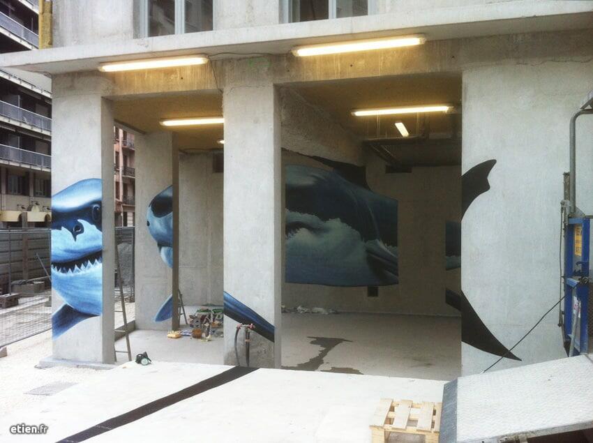 """Anamorphose Requin blanc - Réalisé avec Diseck<br/> Acrylique et aérosol - 25m2 env.<br/> Grenoble (38) - 2015 - <em><a href=""""https://etien.fr/anamorphose-requin-blanc/"""" target=""""_blank"""">voir + de photos</a></em>"""