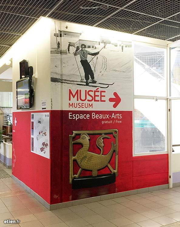 fresque signalétique pour indiquer l'entrée d'un musée, l'alpe d'Huez