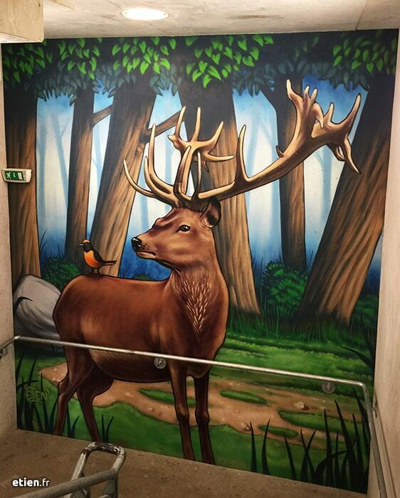 peinture murale représentant un cerf dans la forêt