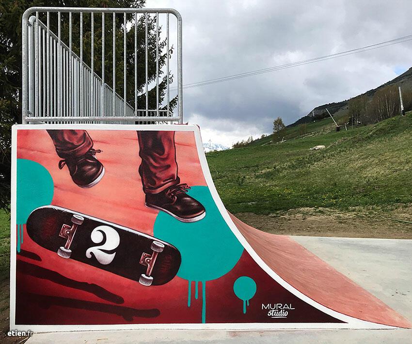 """Fresques réalisées avec <a href=""""https://mural-studio.fr/"""" target=""""_blank"""" rel=""""noopener noreferrer"""">Mural Studio</a> pour le skatepark des <a href=""""https://www.les2alpes.com/fr/"""" target=""""_blank"""" rel=""""noopener noreferrer"""">Deux Alpes</a><br/> Acrylique et aérosol - 70 m2 env.<br/> Les Deux Alpes (38) - 2019 - <em><a href=""""https://etien.fr/skate-park-les-deux-alpes/"""" target=""""_blank"""" rel=""""noopener noreferrer"""">voir + de photos</a></em>"""