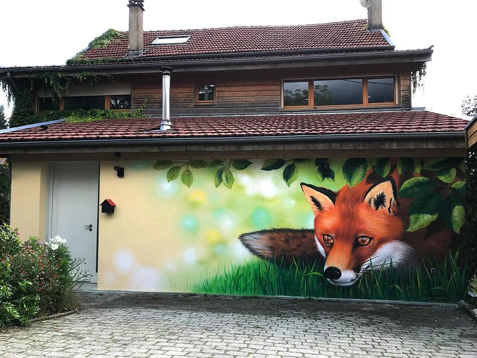 """Fresque murale réaliste pour particuliers - Réalisée par <a href=""""https://mural-studio.fr"""" target=""""_blank"""" rel=""""noopener noreferrer"""">Mural Studio</a><br/> Acrylique et aérosol - 15 m2 env.<br/> Meylan (38) - 2019 - <em><a href=""""https://etien.fr/fresque-realiste-renard/"""" target=""""_blank"""" rel=""""noopener noreferrer"""">voir + de photos</a></em>"""